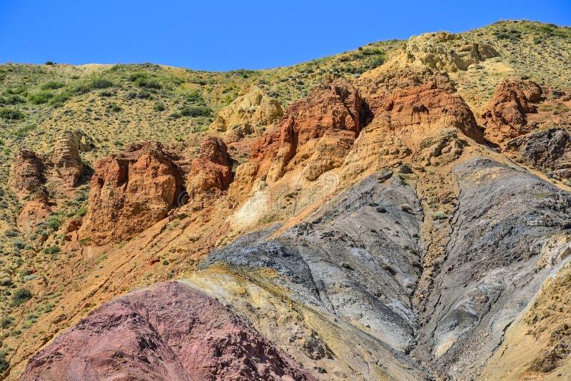 Textur av unrealy härliga färgrika leraklippor i Altai berg, Ryssland royaltyfri bild