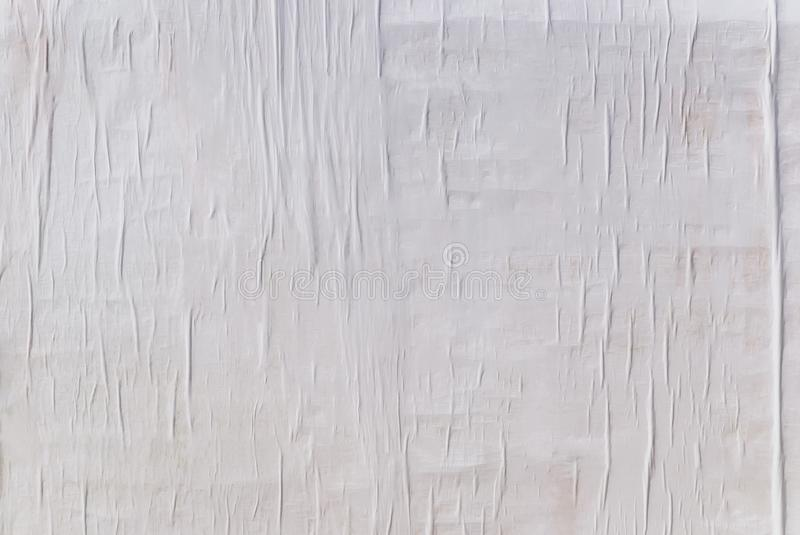 Textur av vått vitt vikt papper på en utomhus- affischvägg, skrynklig pappers- bakgrund arkivfoton