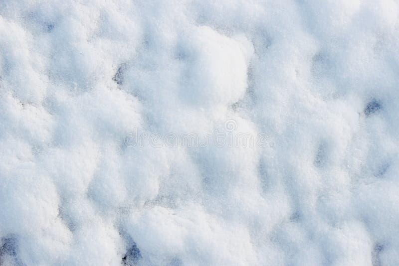 textur av vit snö som små drivor som täckte den grävde jorden royaltyfri fotografi