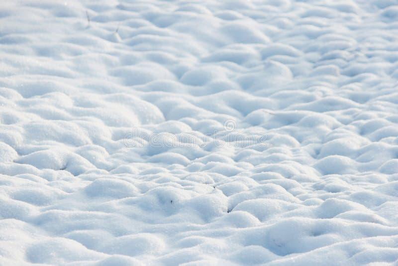 textur av vit snö som små drivor som täckte den grävde jorden royaltyfria bilder
