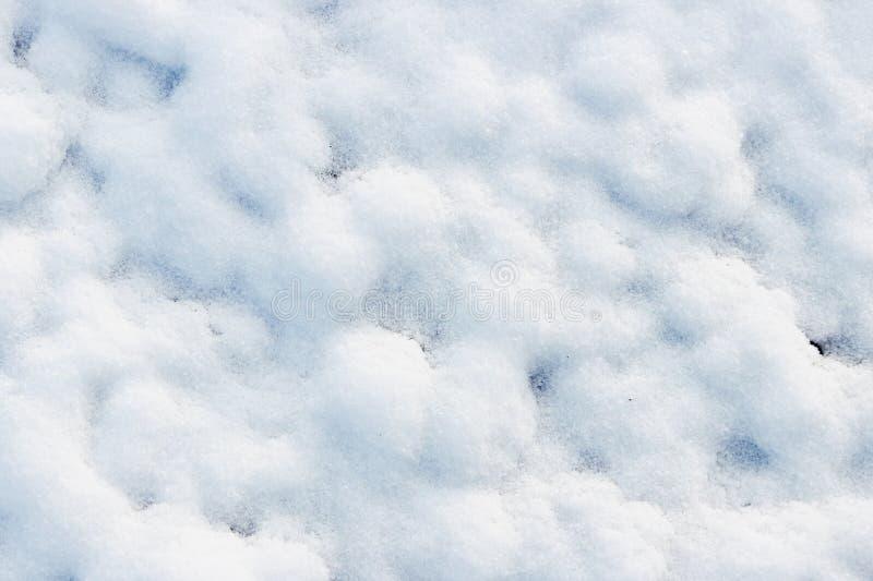 textur av vit snö som små drivor som täckte den grävde jorden royaltyfria foton