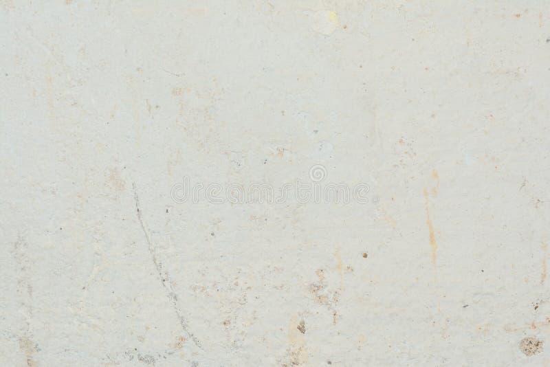 Textur av yttersidan av den gamla väggen av byggnaden, där är brott, sprickor, färgskilsmässor och saltar insättningar arkivfoton