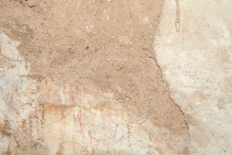 Textur av yttersidan av den gamla väggen av byggnaden, där är brott, sprickor, färgskilsmässor och saltar insättningar fotografering för bildbyråer
