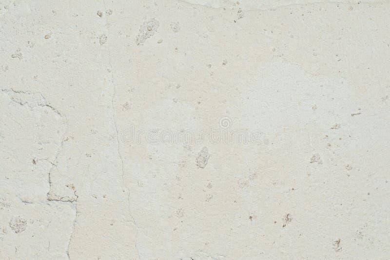 Textur av yttersidan av den gamla väggen av byggnaden, där är brott, sprickor, färgskilsmässor och saltar insättningar royaltyfria foton