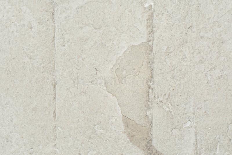 Textur av yttersidan av den gamla väggen av byggnaden, där är brott, sprickor, färgskilsmässor och saltar insättningar royaltyfria bilder