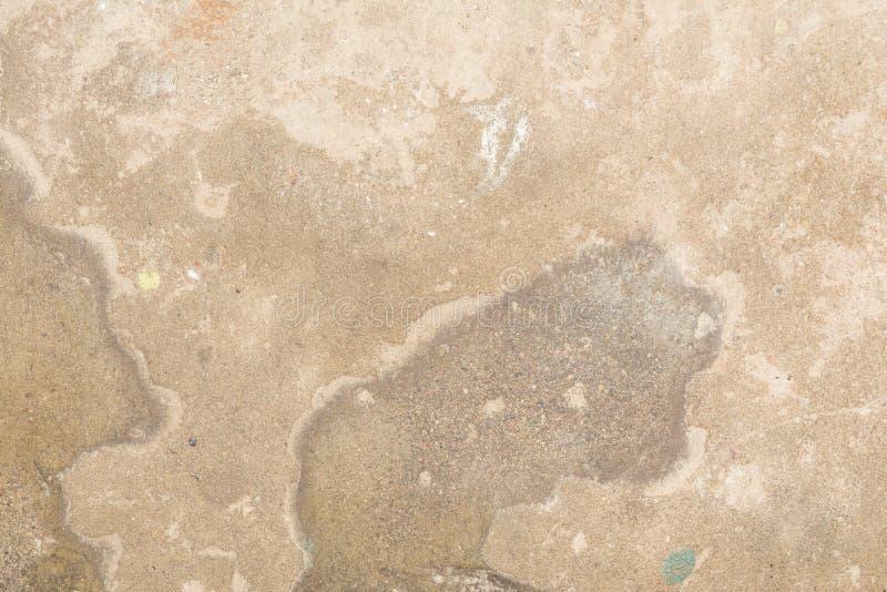 Textur av yttersidan av den gamla väggen av byggnaden, där är brott, sprickor, färgskilsmässor och saltar insättningar arkivbild