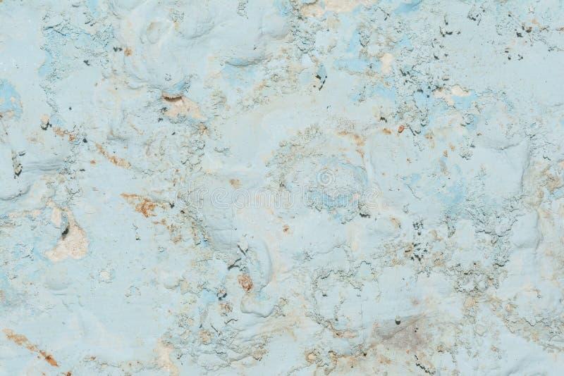 Textur av yttersidan av den gamla väggen av byggnaden, där är brott, sprickor, färgskilsmässor och saltar insättningar royaltyfri foto