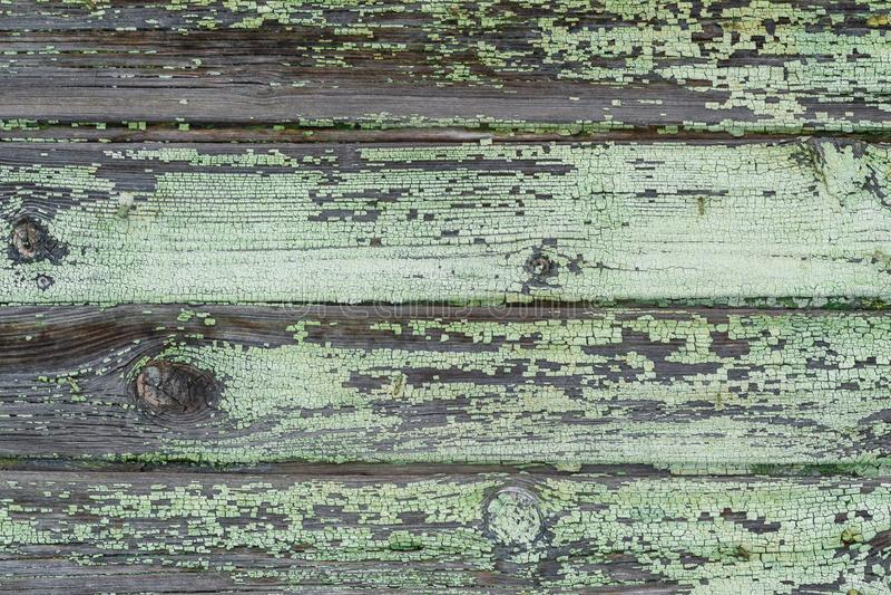 Textur bakgrund, gamla trähorisontalbräden med kvarlevor av grön målarfärg arkivbilder