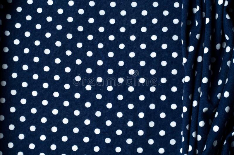 textur Bakgrund Teckning Tygsilkeblått i vita ärtor royaltyfri fotografi