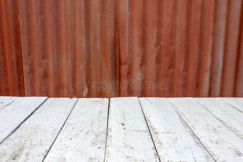 Textur för bakgrund för järn för rostigt zinkstål gammal och vitt trä arkivfoto