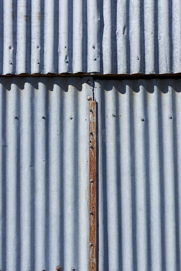 Textur för korrugerat järn med en rostad metallremsa i mitt arkivbild