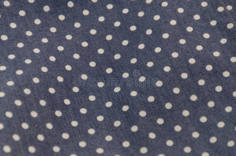 Textur för naturligt tyg med modellen, vita cirklar på mörker - blått fotografering för bildbyråer