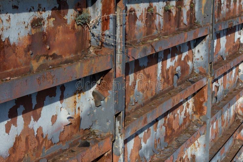 Textur för stålväggbakgrund med korrosion, rost och skalning av målarfärg arkivbilder