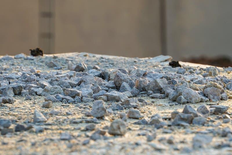 Textur och bakgrund av kraschat stenar högen på konstruktionsplatsen med ljus av solnedgången arkivbild