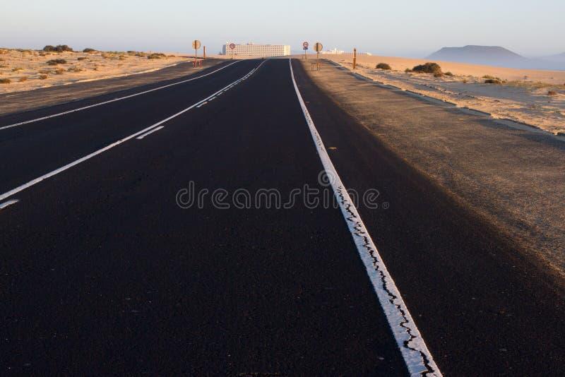 Textura áspera da estrada Maneira preta do asfalto com linha branca no meio Nascer do sol, Espanha, Fuerteventura imagens de stock