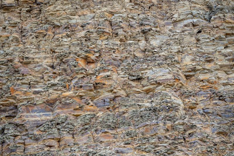 Textura abstraia o fundo Camadas e quebras em rochas sedimentares na rocha foto de stock
