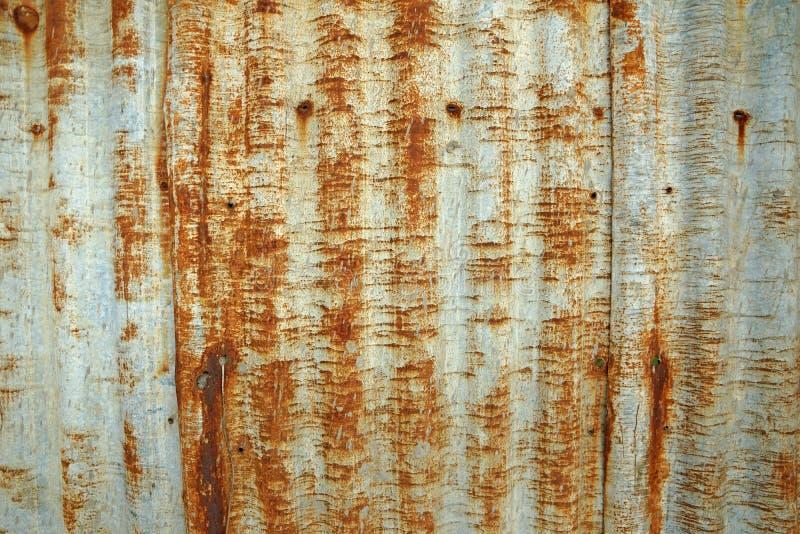 Textura acanalada oxidada del tejado del metal fotografía de archivo
