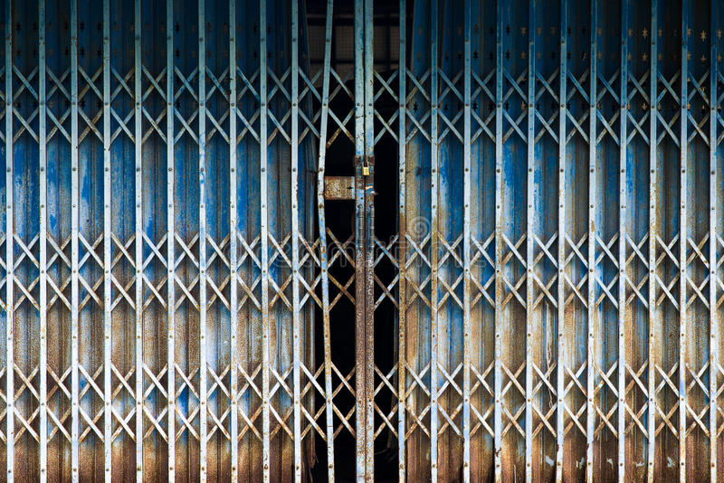 Textura aherrumbrada del fondo de la puerta de plegamiento del metal fotos de archivo
