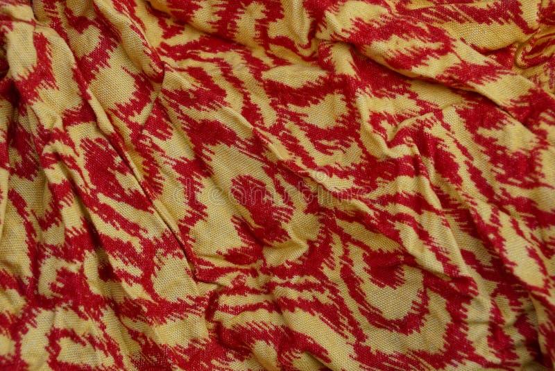 Textura amarela vermelha da cor do pano amarrotado foto de stock
