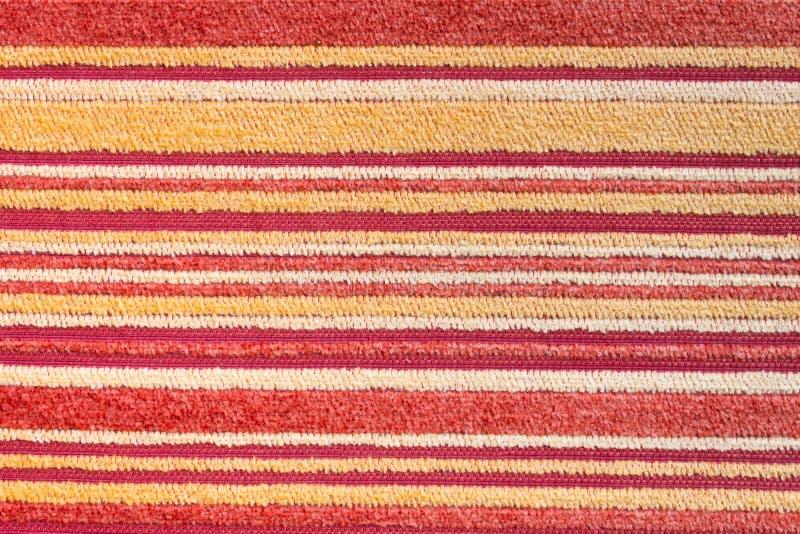 Textura amarilla roja de la alfombra o alfombrar el fondo 2 fotos de archivo