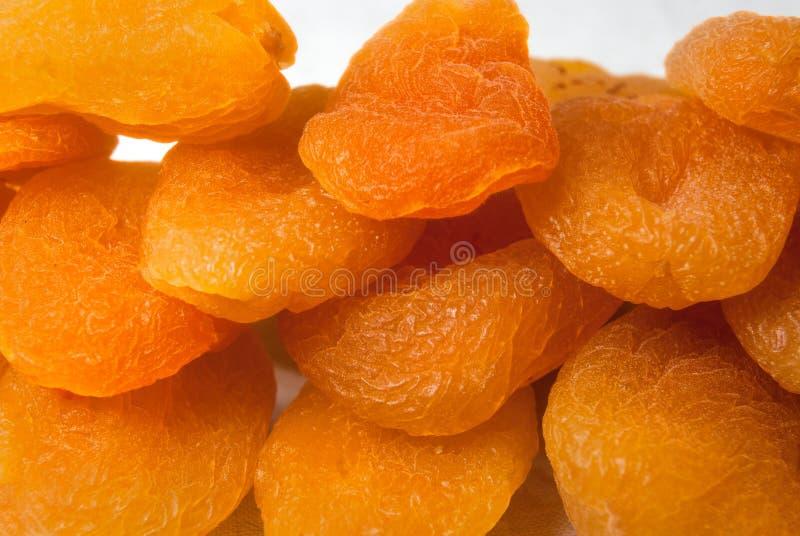 Textura anaranjada brillante del primer de los albaricoques secados foto de archivo