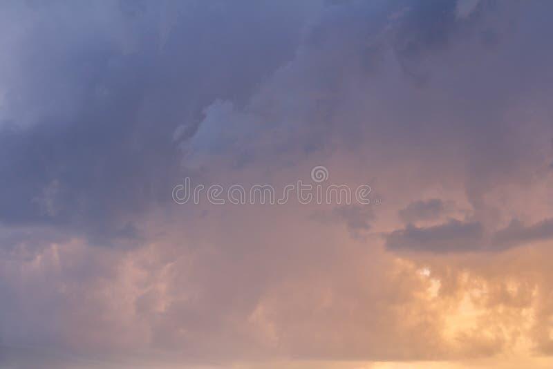 Textura azul agradable de las nubes de tormenta con color amarillo foto de archivo libre de regalías