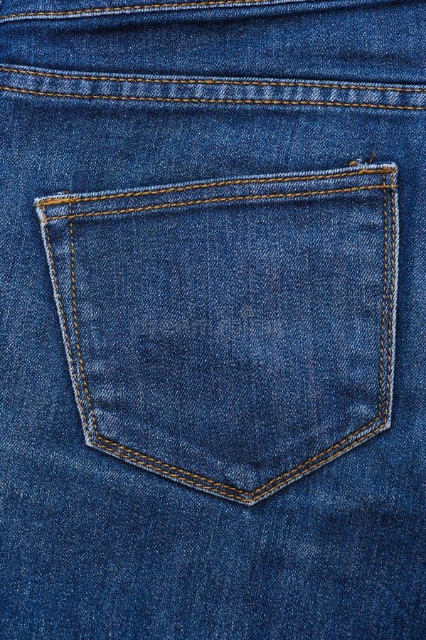 Textura azul de los vaqueros, cosiendo en el primer de los pantalones imágenes de archivo libres de regalías
