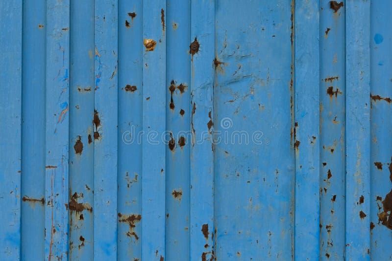 Textura azul del envase del buque de carga Relanzar el fondo Textura de la pintura que forma escamas del envase viejo foto de archivo