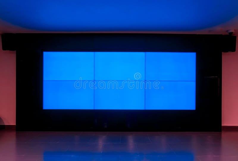 Textura azul do monitor da televisão grande do diodo emissor de luz na sala fotografia de stock