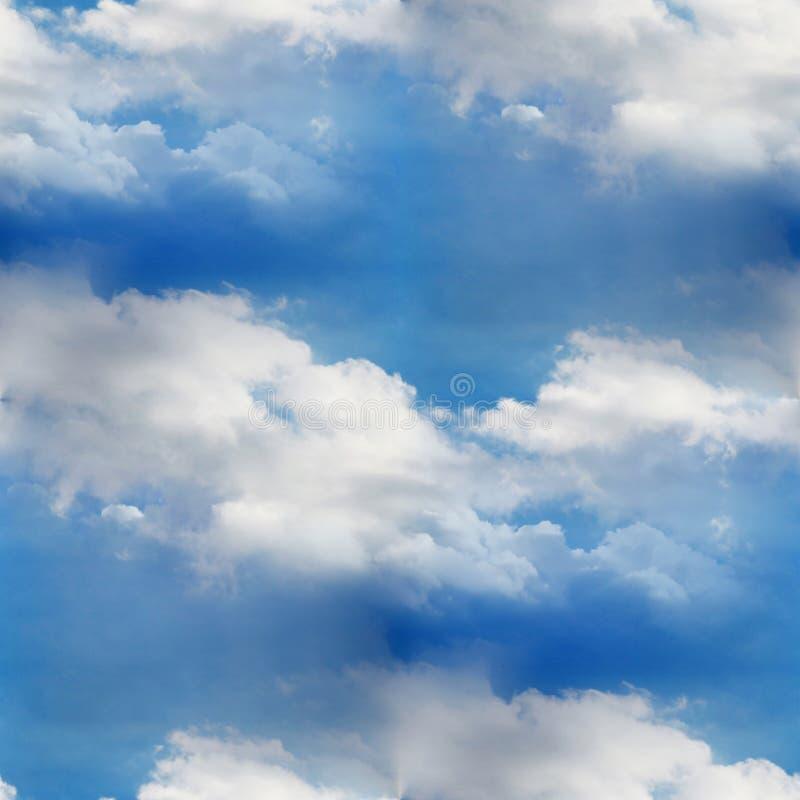 Textura azul do papel de parede da nuvem sem emenda do céu foto de stock