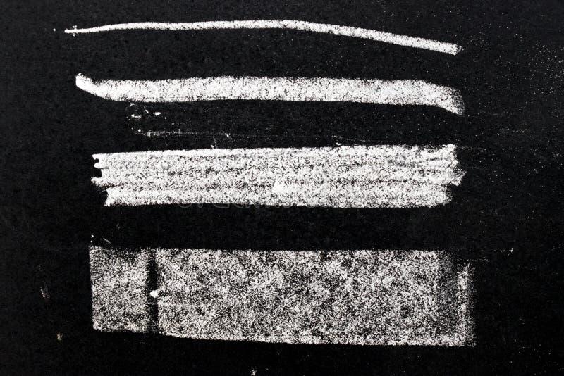 Textura blanca de la pintura de la tiza en fondo negro del tablero fotografía de archivo libre de regalías