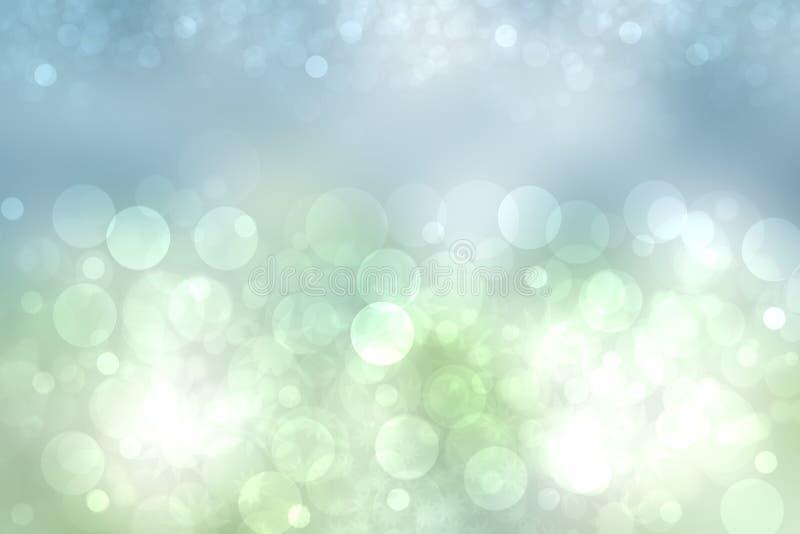 Textura brilhante abstrata da mola ou da paisagem do ver?o com luz natural - luzes verdes do bokeh e c?u ensolarado brilhante azu fotografia de stock