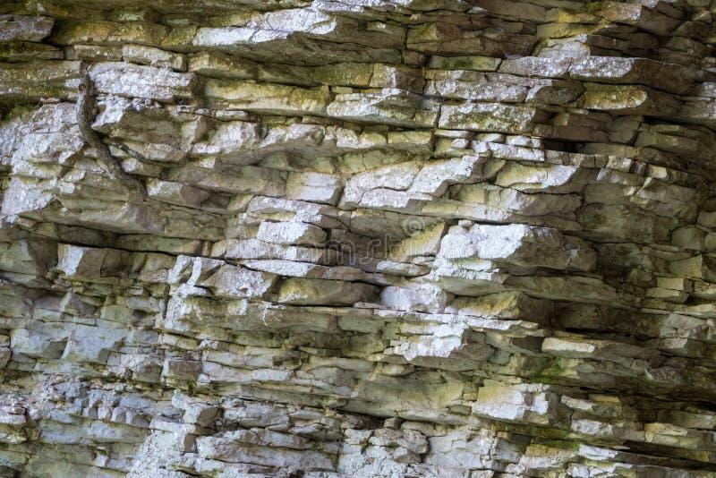Textura, camadas do fundo e quebras na rocha sedimentar na cara do penhasco Penhasco da montanha da rocha Ardósia da rocha na mon fotografia de stock