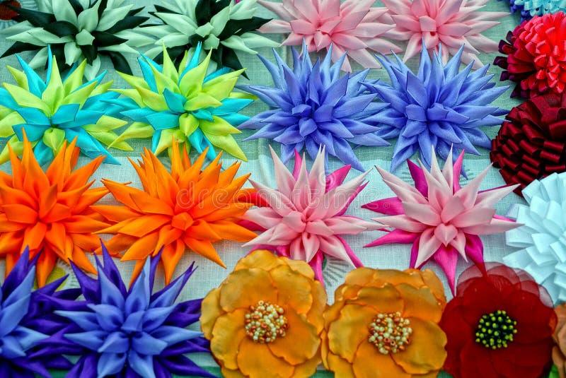 Textura coloreada de los brotes de flores artificiales en la tabla fotografía de archivo