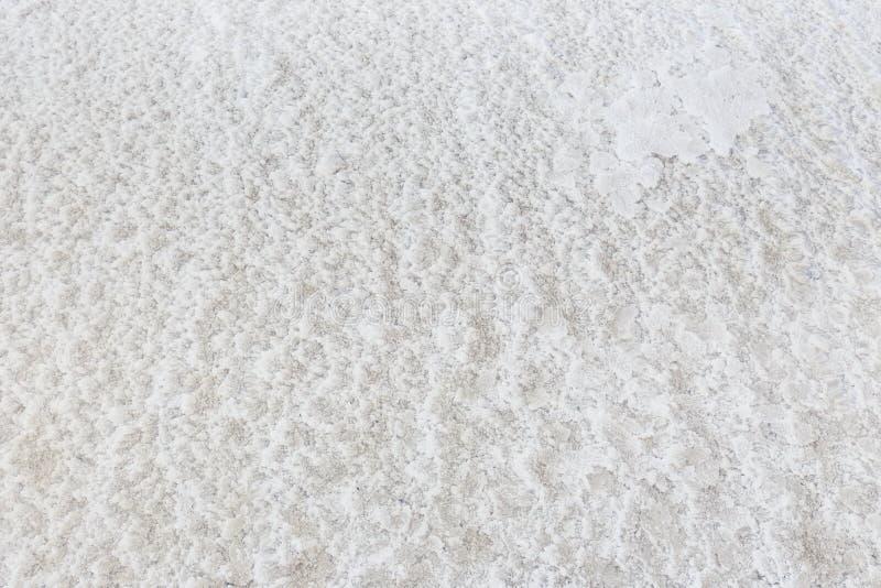 Textura da água do mar com sal cru no processo das lagoas da evaporação imagem de stock