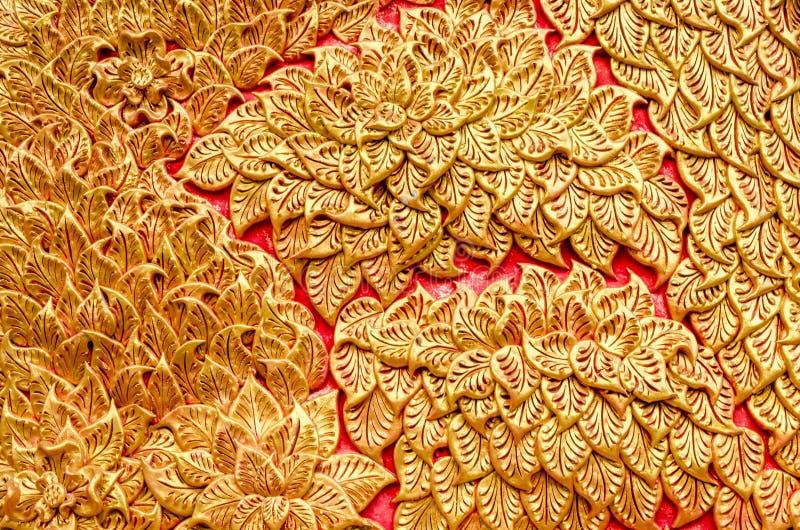Textura da árvore dourada da cor do estuque em Wat Prathat Lampang Luang fotos de stock royalty free