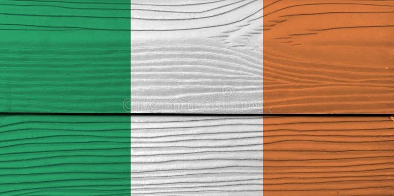 Textura da bandeira da Irlanda do Grunge, um vertical tricolor de verde, de branco e de alaranjado ilustração do vetor