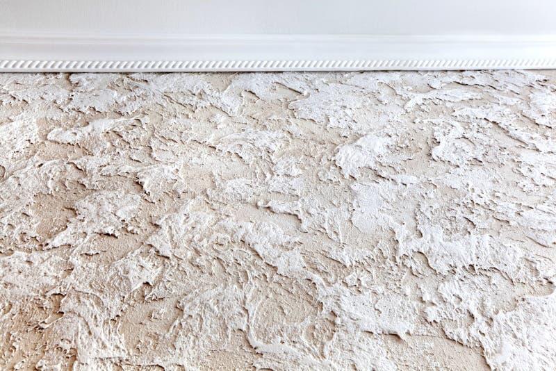 A textura da coberta de parede decorativa é castelo velho com o molde sob o teto imagem de stock royalty free