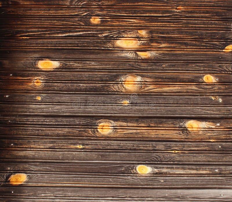 A textura da madeira pura na parede de uma casa de madeira velha ordinária fotografia de stock