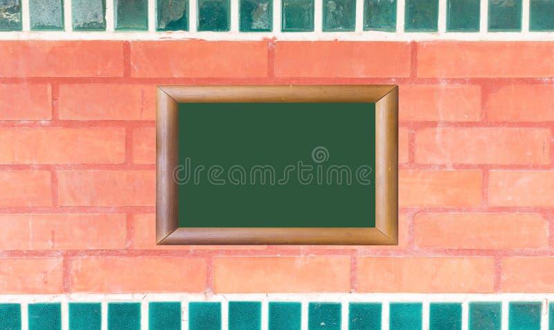 Textura da parede de tijolo vermelho com quadro de madeira da imagem fotografia de stock