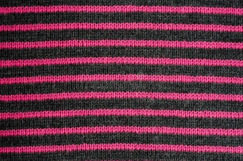 A textura da tela de lãs em listras pretas e vermelhas fotos de stock
