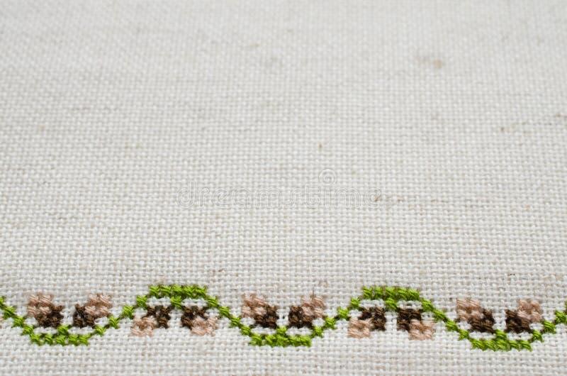 Textura da tela de linho bege com bordado imagens de stock
