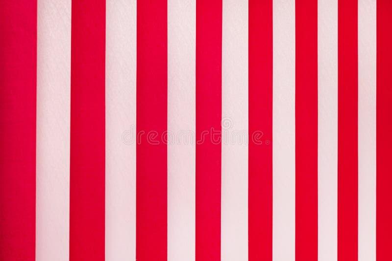 Textura das listras brancas e vermelhas Cortinas do vertical no window_ foto de stock