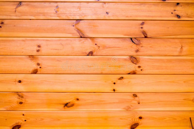 A textura das placas horizontais de madeira bonitas naturais com emendas e dos nós pintados com verniz incolor para a madeira foto de stock royalty free