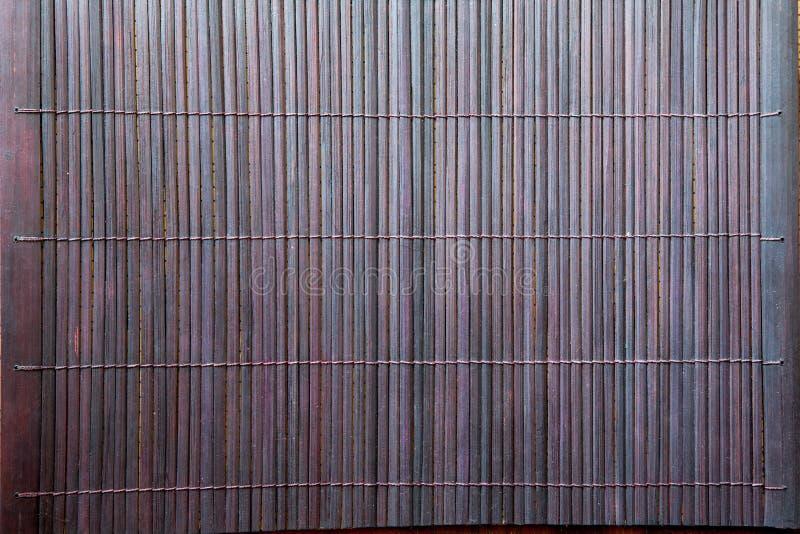 Textura de bambu do fundo da toalha de mesa da esteira do marrom escuro fotos de stock royalty free