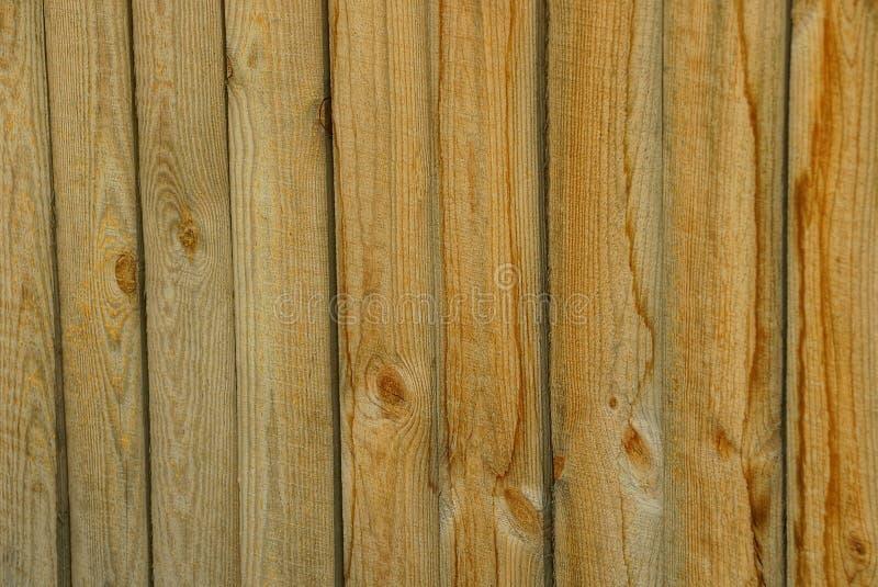 A textura de Brown de um fragmento da cerca de madeira velha embarca foto de stock
