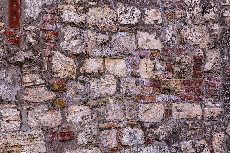 Textura de claro - pedras cinzentas muitos blocos da pedra calcária no projeto monolítico baixo do fundo da base do cimento foto de stock