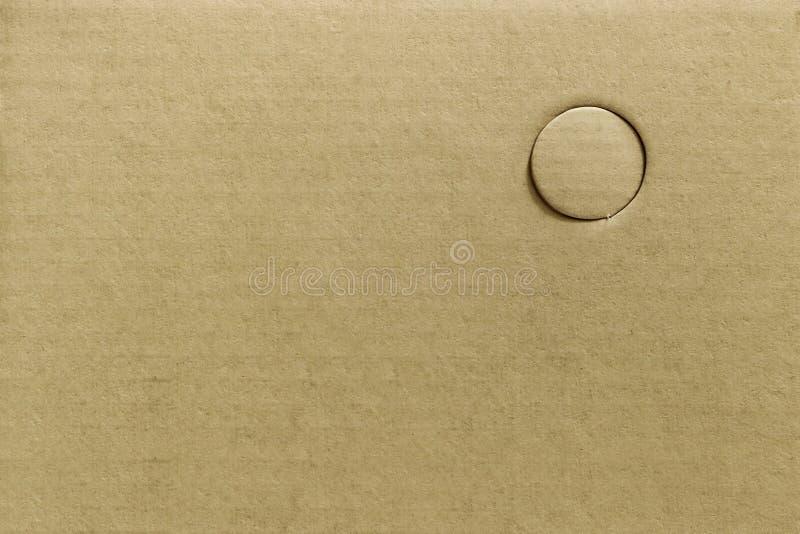 Textura de cortar o papel marrom do furo ou os furos de perfuração no cartão, fundo abstrato foto de stock