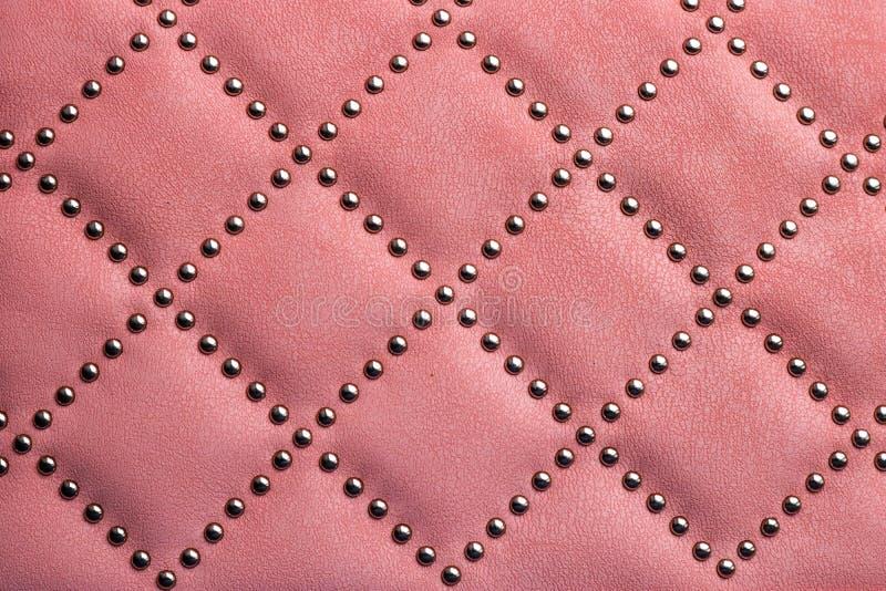 Textura de cuero con los remaches del metal Uso como fondo imagenes de archivo