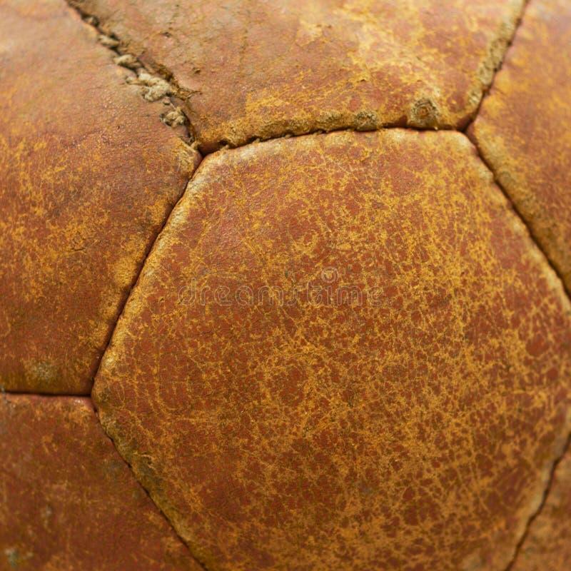 Textura de cuero de una bola vieja del balompié. imagen de archivo libre de regalías